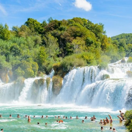 Cascadas, islas, peñas y la corriente esmeralda del río Krka les van a entusiasmar!