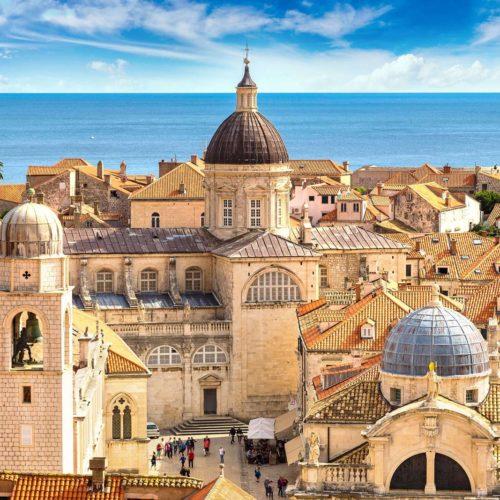 Croacia conserva impactantes ciudades como Zagreb, Split y Dubrovnik que con sus iglesias, murallas y calles enamoran a cada visitante.