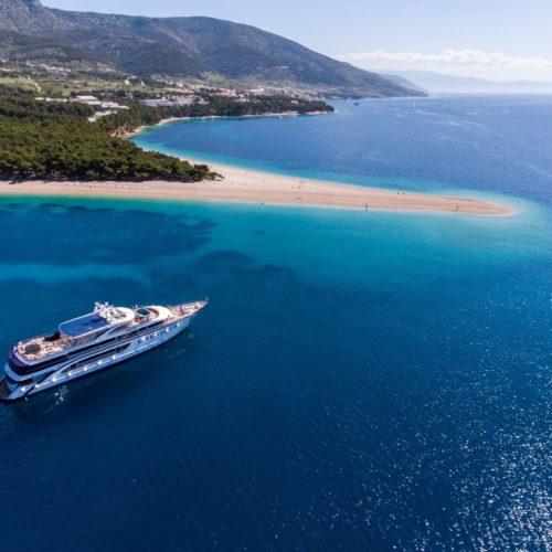 Descubre los rincones de la costa crota más impresionantes desde cubierta de un barco de lujo. Ciudades con encanto, calas, playas y parques naturales te esperán! Todo eso en español!